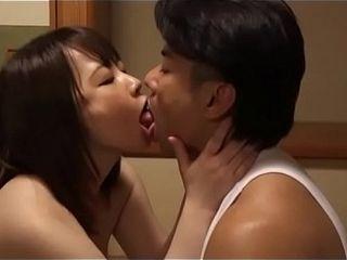 Belle-m&egrave_re japonaise a d&eacute_tect&eacute_ mari fils masturbant (Full: bit.ly/2Snion5)