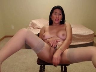 Sexilicious pinay cougar wanks her sweet poon