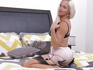 Skedaddle mix up housewife Dani try one's luck