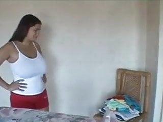 Mama peituda passando roupas